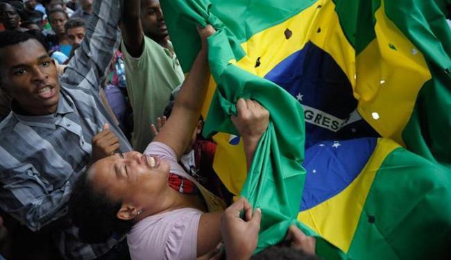 Mãe de um dos jovens se desespera durante o enterro - Foto: Fernando Frazão | Agência Brasil
