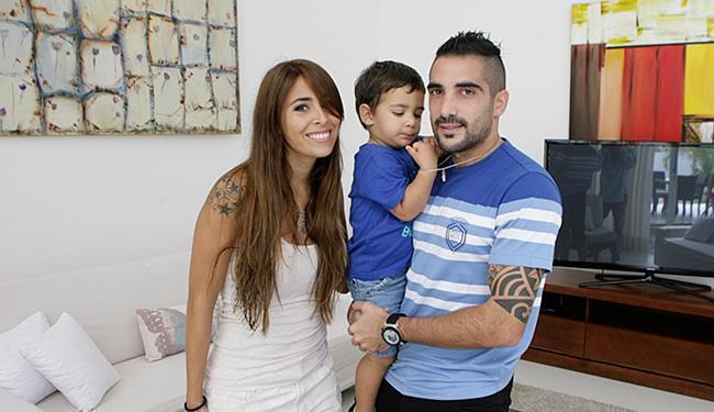 Escudero com a esposa e o filho mais novo: família quer permanecer em Salvador - Foto: Marco Aurélio Martins | Ag. A TARDE l 14.08.2014