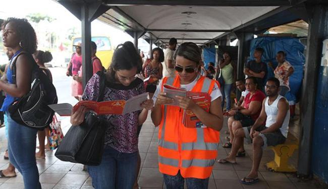 Funcionários da empresa Socicam estão no local para orientar a população - Foto: Xando P. | Ag. A TARDE