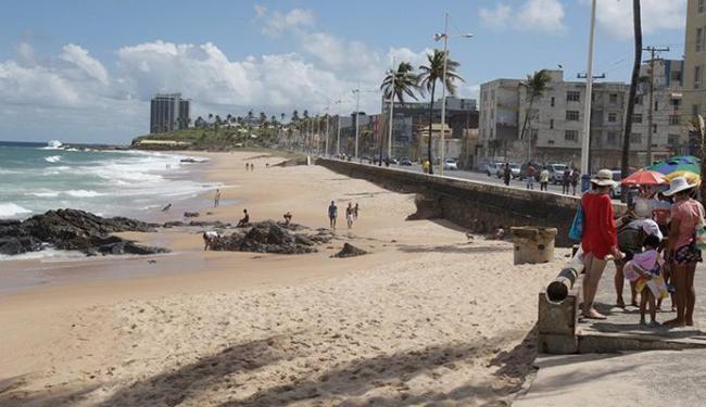 Na Barra, em frente ao Barravento, mar está impróprio para banho - Foto: Fernando Amorim | Ag. A TARDE