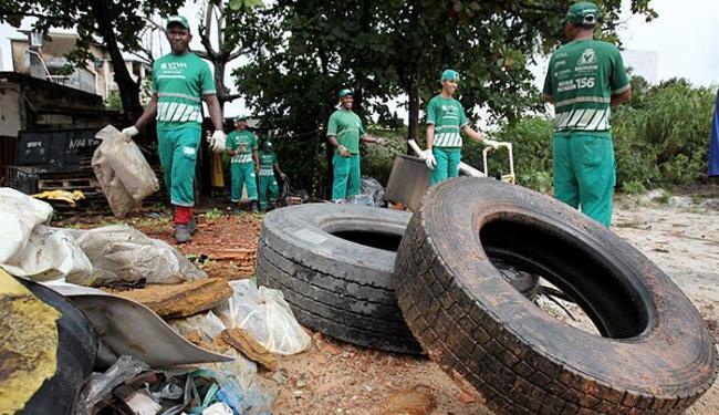 'Faxinaço' municipal na Boca do Rio: lixo é fator de risco - Foto: Raul Spinassé l Ag. A TARDE l 24.07.2015