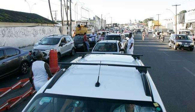 A fila de carros já atinge a Rua Barão de Cotegipe, na Calçada - Foto: Fernando Amorim | Ag. A TARDE