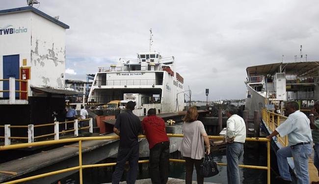 Cinco embarcações fazem a travessia do ferry nesta segunda - Foto: Raul Spinassé   Ag. A TARDE   05.11.2012