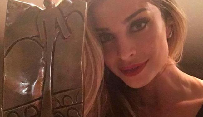 A loura esbanjou beleza nos corredores do hotel e recebeu o prêmio por sua atuação como Larissa - Foto: Reprodução   Instagram
