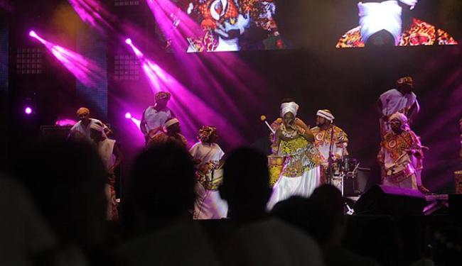 A batida afro-pop do bloco Ilê Aiyê abriu a noite, com apresentação de cantores, músicos e dançarino - Foto: Lúcio Távora l Ag. A TARDE