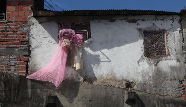 Construção irregular acima do muro do IML - Foto: Xando P. | Ag. A TARDE