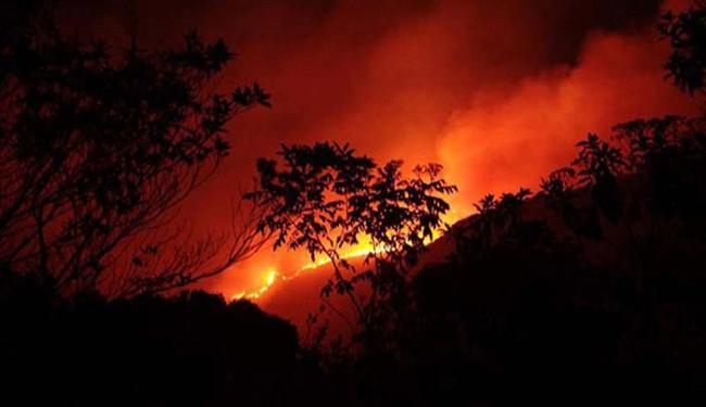 Na madrugada de sexta-feira, o fogo chegou próximo a casas do Vale do Capão e da vila Barro Branco - Foto: Divulgação