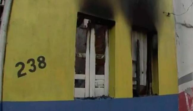 Incêndio atingiu oficina durante a madrugada - Foto: Reprodução | TV Bahia