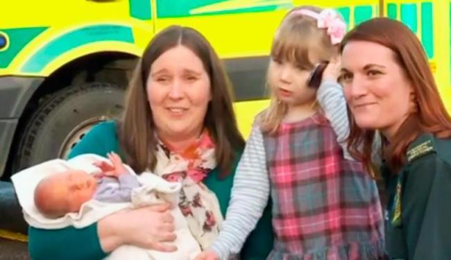 A pequena Emma, ao centro, no reencontro com a equipe que atendeu sua mãe (à esq.) - Foto: Reprodução