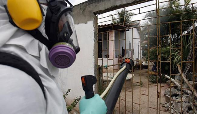 Agente aplica inseticida em casa de Feira de Santana - Foto: Luiz Tito l Ag. A TARDE l 20.03.2015