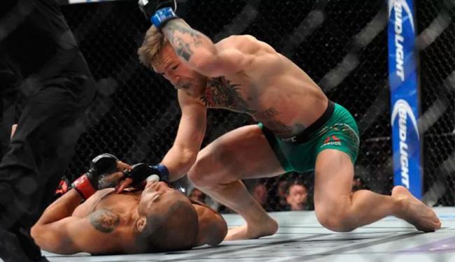 McGregor precisou de 13 segundos para nocautear José Aldo - Foto: Agência Reuters