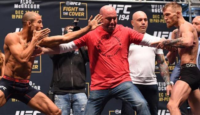 Brasileiro imitou a pose do irlandês durante a pesagem e quase antecipou a luta - Foto: Zuffa LLC l Getty Images