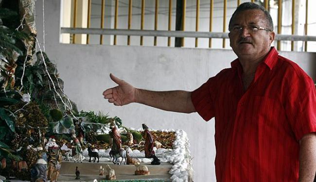 Professor aposentado Jota Sobrinho mostra o presépio com 4 metros de área - Foto: Luiz Tito l Ag. A TARDE