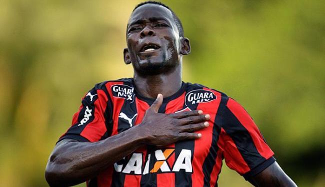 Kanu tem contrato até maio, mas clube belga pode pagar multa, que não é alta, e tirá-lo do Leão - Foto: Raul Spinassé l Ag. A TARDE l 14.11.2015
