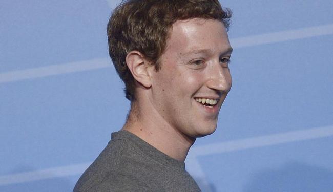 Zuckerberg aproveitou o momento, vestiu a filha de Jedi e compartilhou a foto no Facebook - Foto: AP Photo