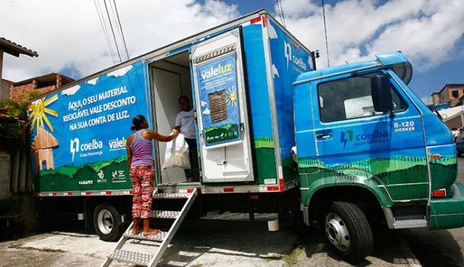 Os caminhões ficarão estacionados e pesarão os materiais levados pelos moradores - Foto: Mila Cordeiro   Ag. A TARDE
