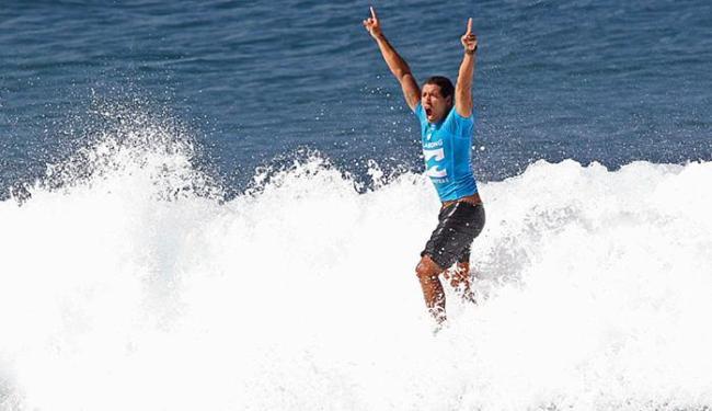 Ainda na água, Mineirinho celebra título Mundial e de Pipeline - Foto: Marcio Fernandes l Estadão Conteúdo