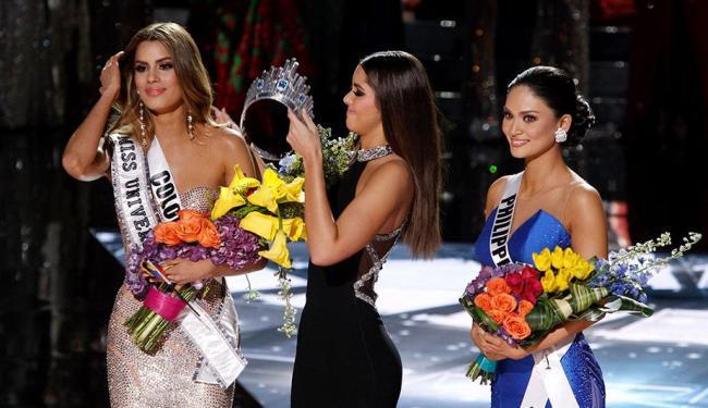 Paulina Vega, Miss Universo 2014, teve que retirar a cora da cabeça da prima, Ariadna Gutiérre - Foto: REUTERS