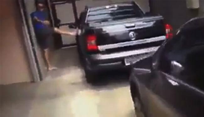 Homem quebrou vidros do carro onde estavam mulher e amigo - Foto: Reprodução
