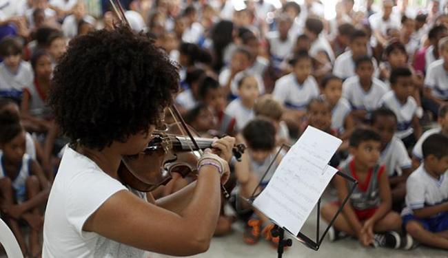 Dentre as possibilidades de trabalhar a temática musical estão os corais, fanfarras e orquestras - Foto: Raul Spinassé l Ag. A TARDE l 30.09.2015