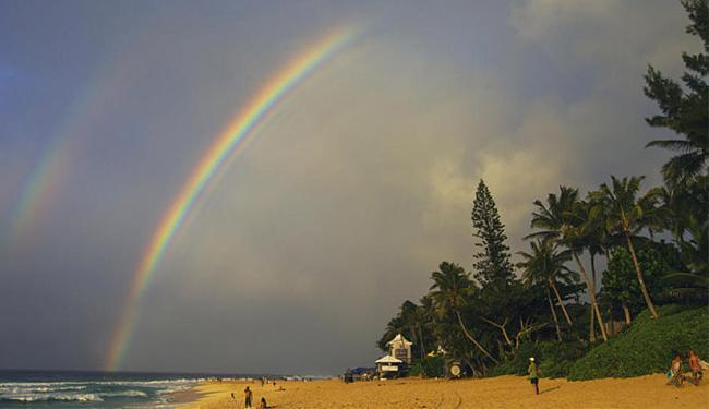 Falta de ondas no Havaí faz a organização aguardar até esta quarta-feira - Foto: Kirstin l WSL
