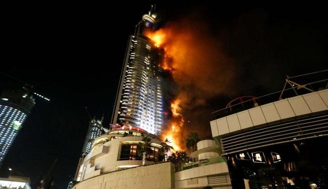 O fogo atingiu o hotel de luxo Adress Downtown, em Dubai, segundo a polícia local - Foto: Ahmed Jadallah | Agência Reuters