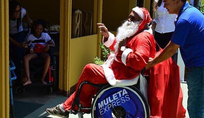 Cadeirante 'encarnou' o personagem e alegrou as crianças que são atendidas pela instituição - Foto: José Máximo Neto l Divulgação