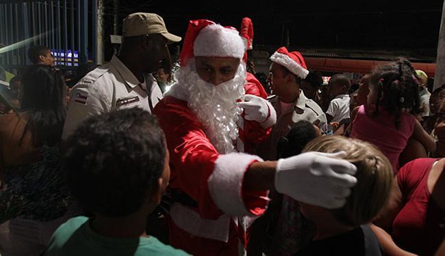 Papai Noel chegou na festa despertando o encantamento das crianças - Foto: Lúcio Távora   Ag. A TARDE