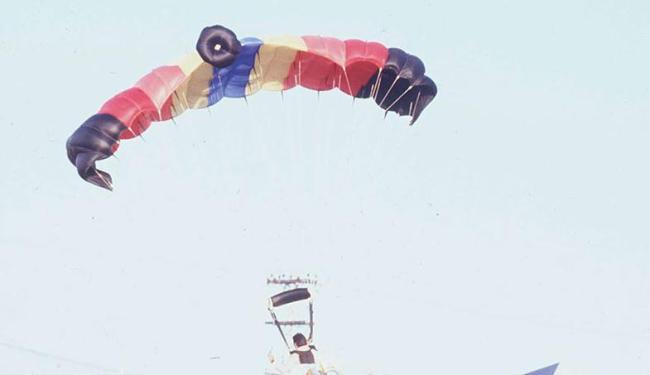 Estudante pretende pular de paraquedas com amigos no Natal - Foto: Carlos Casaes | Arquivo | Ag. A TARDE