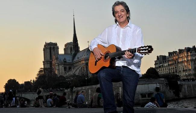 Paulo vive na França, onde faz apresentações de bossa nova - Foto: Jean Riz   Divulgação