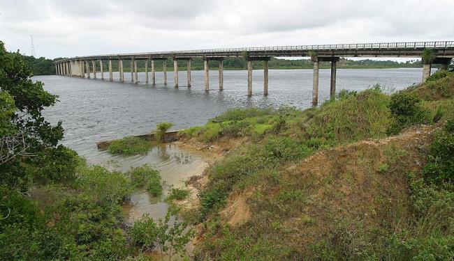 A adutora que passará por reparo fica sob a Ponte do Funil - Foto: Arestides Baptista | Ag. A TARDE | 10.06.2004