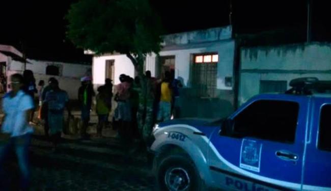 A polícia foi acionada por vizinhos da vítima, que sentiram o mau cheiro vindo da casa - Foto: Reprodução | Site Amargosa News