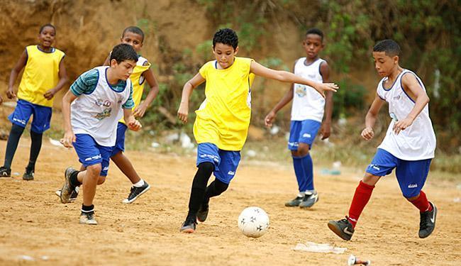 Crianças têm aula de futebol e outras modalidades no projeto - Foto: Joá Souza l Ag. A TARDE
