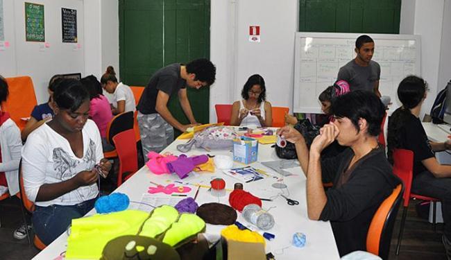 Alunos durante a oficina Toy Arte, uma das oferecidas pelo projeto - Foto: Oi Kabum! l Divulgação