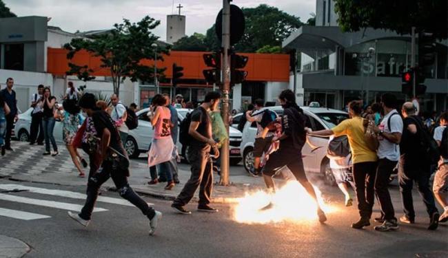 Perseguidos pelos policiais, os estudantes seguiram para a Rua da Consolação - Foto: Taba Benedicto | Estadão Conteúdo