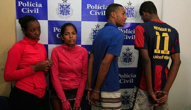 Jamile, Vanessa, Reginaldo e Daniel foram presos por PMs ao sair de hotel na quarta-feira, 9 - Foto: Edilson Lima l Ag. A TARDE