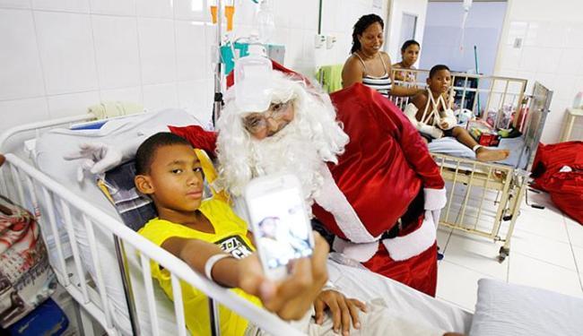 Raimundo Lázaro, voluntário: 'São crianças debilitadas, mas, ao ver o Papai Noel, abrem um sorriso' - Foto: Raul Spinassé   Ag. A TARDE