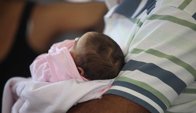 Recém nascida com microcefalia no colo do pai - Foto: Xando Pereira | Ag. A TARDE