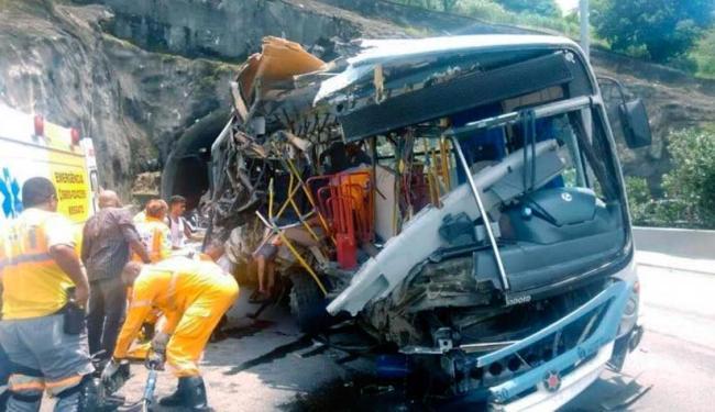 Ônibus ficou completamente destruído após o acidente - Foto: Divulgação