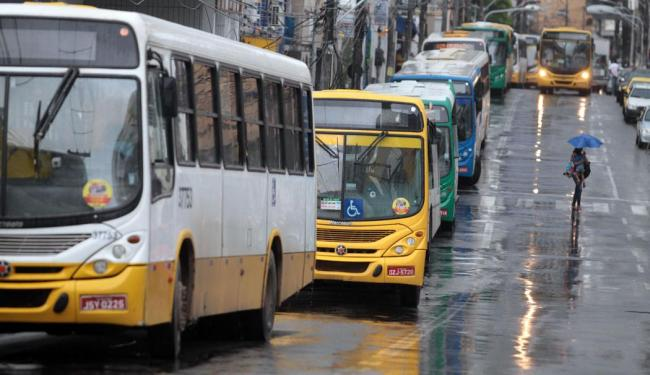 Os ônibus só devem sair das garagens a partir das 8 horas - Foto: Lúcio Távora | Ag. A TARDE | 14.05.2015
