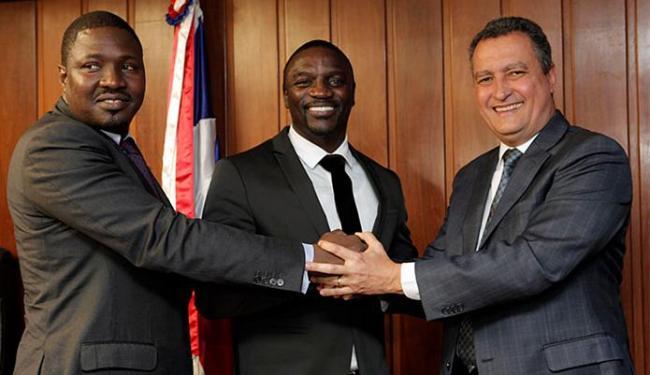 Governador e Akon firmaram parceria para fornecimento de energia solar - Foto: Amanda Oliveira l GovBA