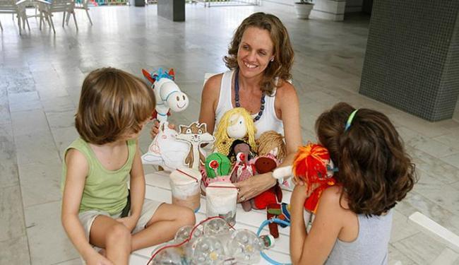 Sandra incentiva os filhos a fabricarem as lembranças - Foto: Luciano da Matta | Ag. A TARDE