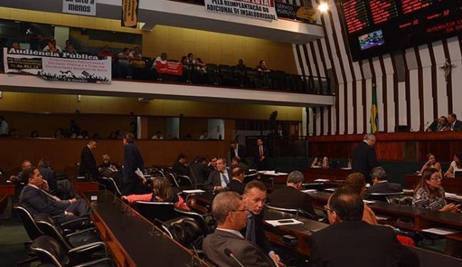 Representantes de diversas categorias levaram cartazes de protesto à Assembleia - Foto: Carlos Amilton l Agência-Alba