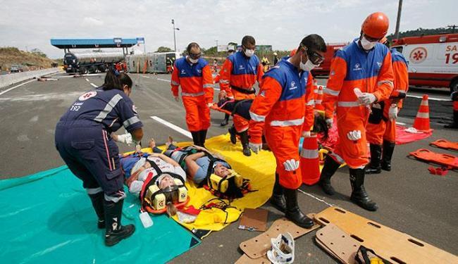Houve simulação de resgate de vítimas de uma colisão entre ônibus e caminhão-tanque - Foto: Adilton Venegeroles | Ag. A TARDE