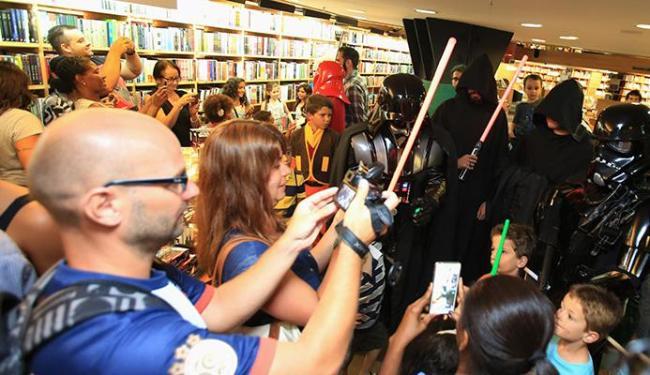 Crianças, adultos e idosos tiravam fotos com os personagens de Star Wars - Foto: Joá Souza | Ag. A TARDE