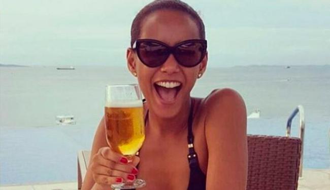 Taís Araújo posou para foto brindando com uma cerveja - Foto: Reprodução | Instagram