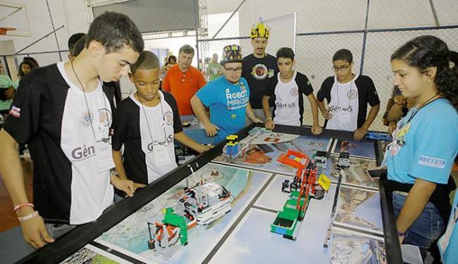 Alunos participam de competições com robôs construídos com peças de lego - Foto: Luciano da Matta l Ag. A TARDE