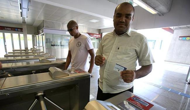 Vendedor autônomo Celestino Conceição pega metrô diariamente e já antecipou a compra de cartão - Foto: Joá Souza l Ag. A TARDE