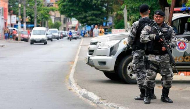 Polícias reforçam segurança no Vale das Pedrinhas, principalmente na entrada do bairro - Foto: Edílson Lima | Ag. A TARDE