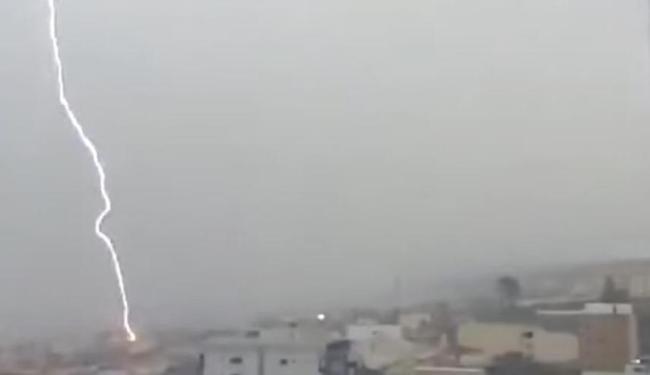 Momento em que um dos raios atinge o solo de Vitória da Conquista - Foto: Reprodução | Youtube